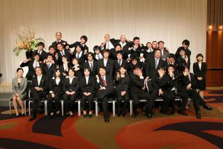 卒業生と記念写真