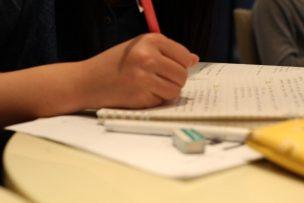 勉強をする子供