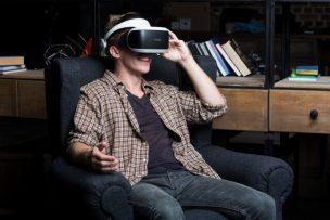 VR動画を見ている人