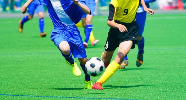 サッカーのスポーツゲームを楽しむ人たち