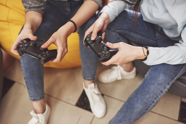 eスポーツ大会でゲームをするイメージ