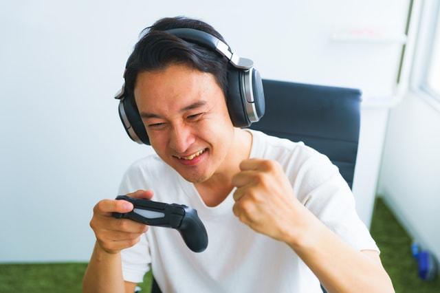 オンラインストラテジーゲームを楽しむ男性